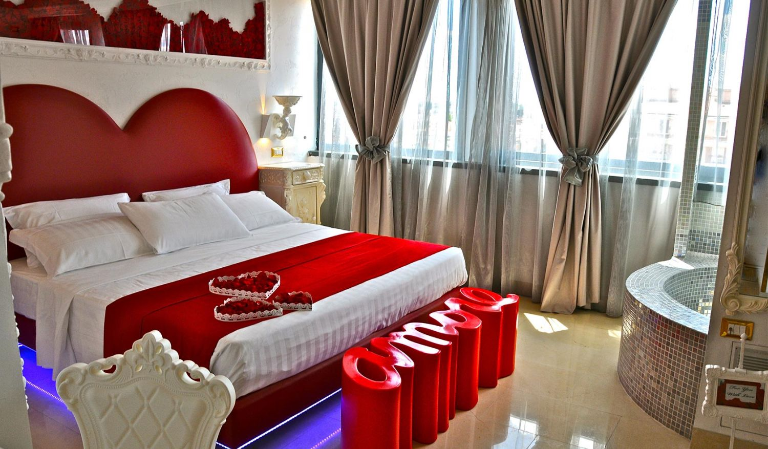 Elegant hotel with an ideal love room for a honeymoon in Rome