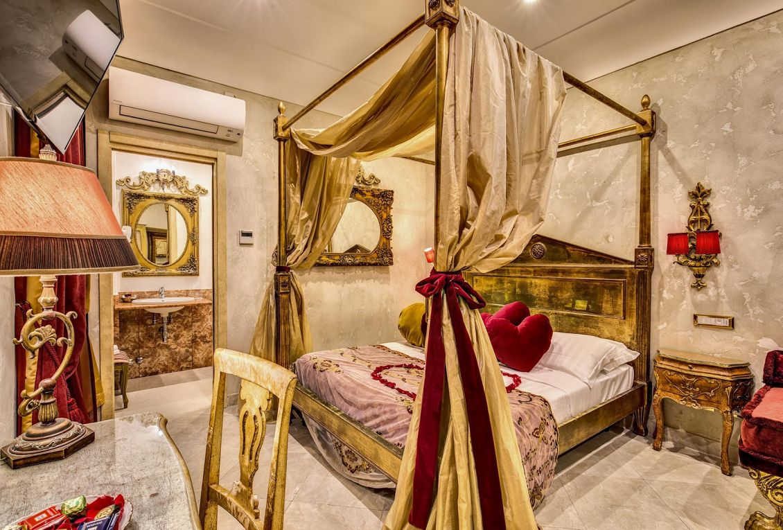 The hotel's heart room is ideal for romantic holidays in Rome