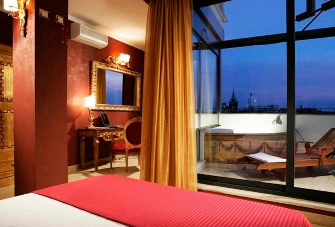 Elegant themed rooms for special holidays in the center of Rome