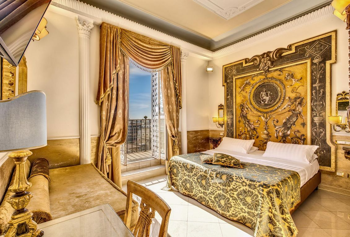 Luxury hotel in the center of Rome with elegant deluxe rooms